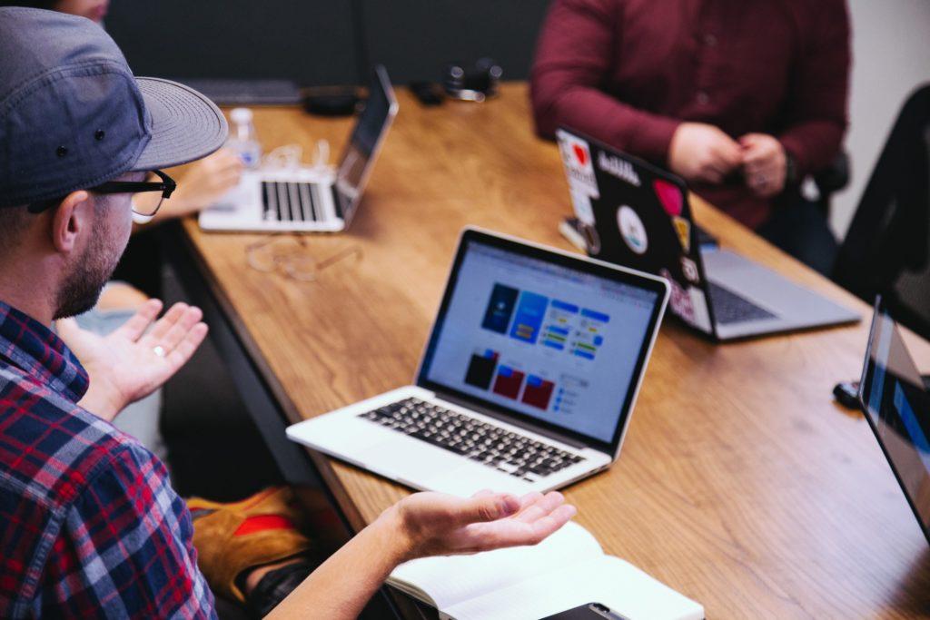 15 Tipps, wie du deine Website garantiert ruinierstVerwirrter Leser vor dem Laptop